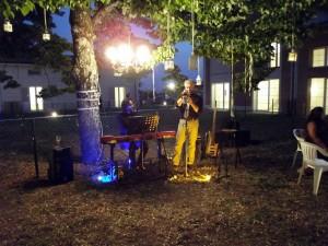 Musicisti nel giardino del loft
